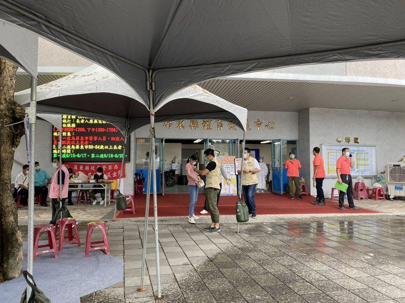 屏東縣立體育館是縣內大型施打站,屏東縣共累計發生2起打疫苗後猝死情況。記者劉星君/攝影