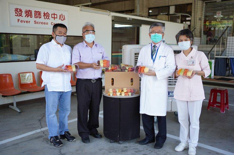 蘇澳區漁會總幹事陳春生捐贈200份水果餐盒。圖/北榮蘇澳暨員山分院提供