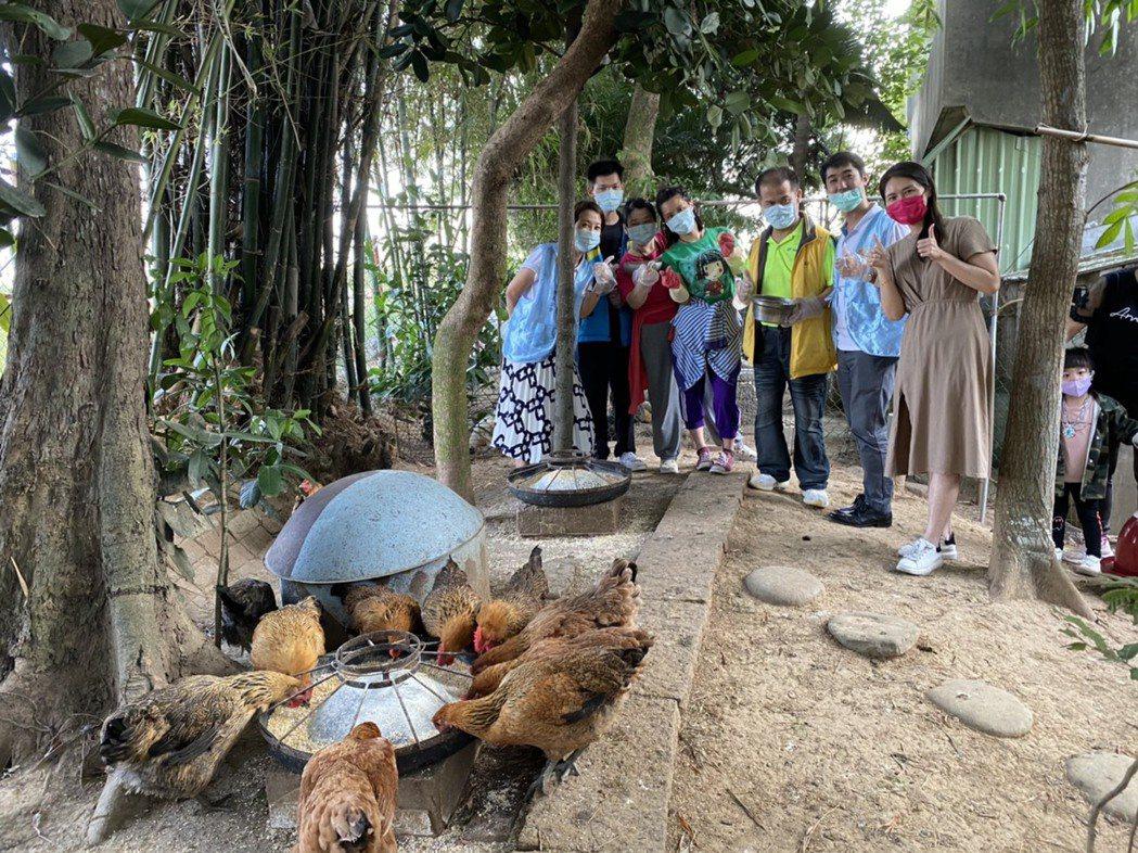 方舟教養院透過「食公益捐助計畫」搭建雞舍。頂新和德文教基金會/提供