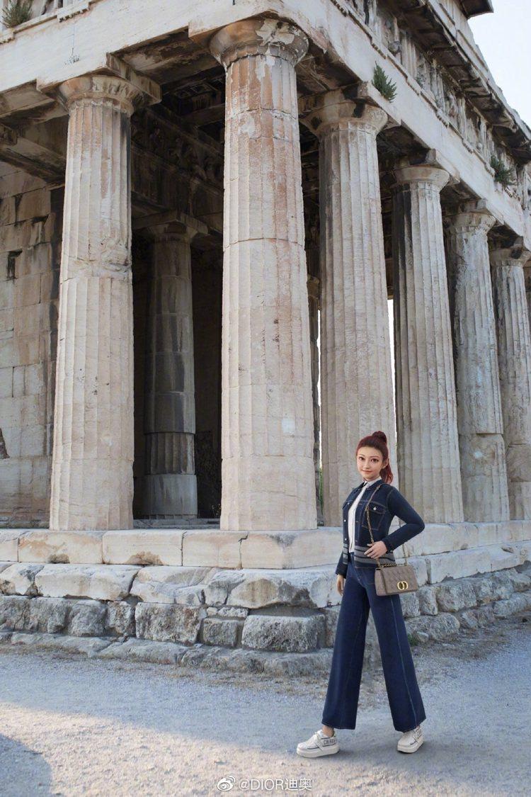 景甜的虛擬分身「甜小甜」合成在希臘雅典建築群,邀請大家一起看DIOR早春大秀。圖...