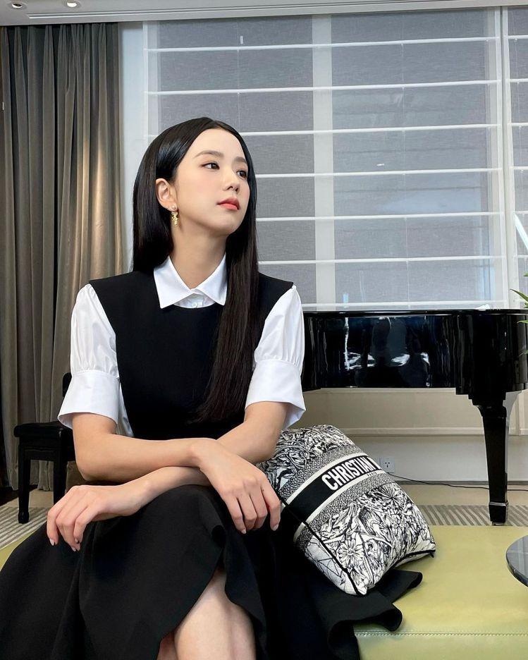 Jisoo伴著DIOR抱枕在IG放上預告2022早春大秀的影片與照片。圖/取自I...
