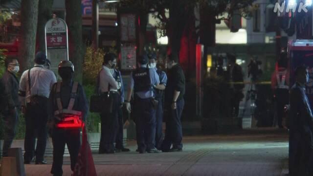 日本埼玉縣一間網咖傳出挾持人質案,當地警方在周邊待命。(取自NHK)
