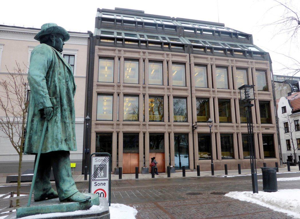 挪威央行決議利率按兵不動,但表示可能在9月升息。圖為挪威央行。(路透)