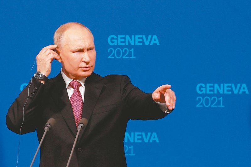 俄國總統普亭十六日在美俄峰會後的記者會上回答提問。(路透)