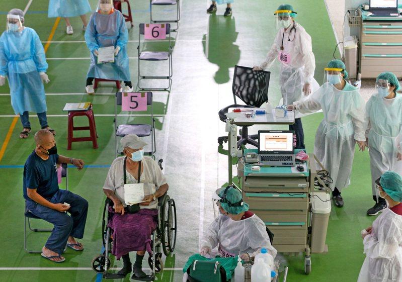 醫護比長者多 全台傳出多起民眾接種後不良反應案例,許多接種站都出現醫護工作人員比長者多的畫面,圖為高雄鼓山中學接種站。記者劉學聖/攝影