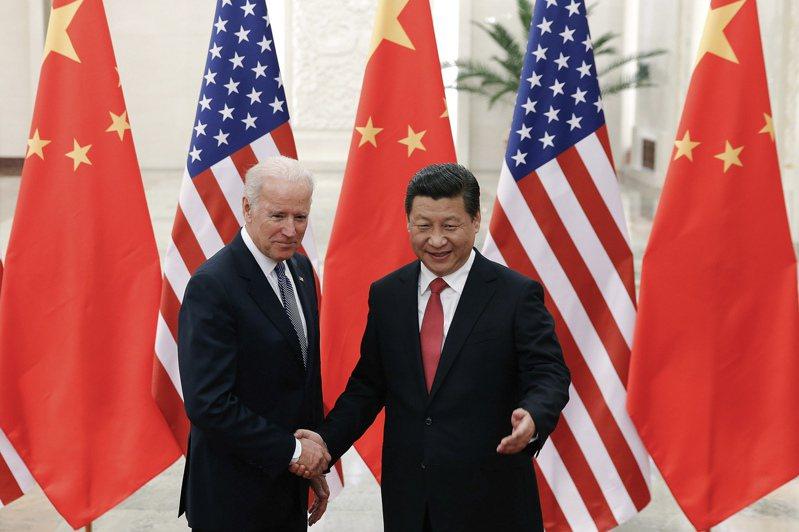 白宮將考慮安排總統拜登(右)與中國國家主席習近平對談。 圖為2013年拜登還是副總統時訪問北京,與當時已是國家主席的習近平合影。   美聯社資料照片