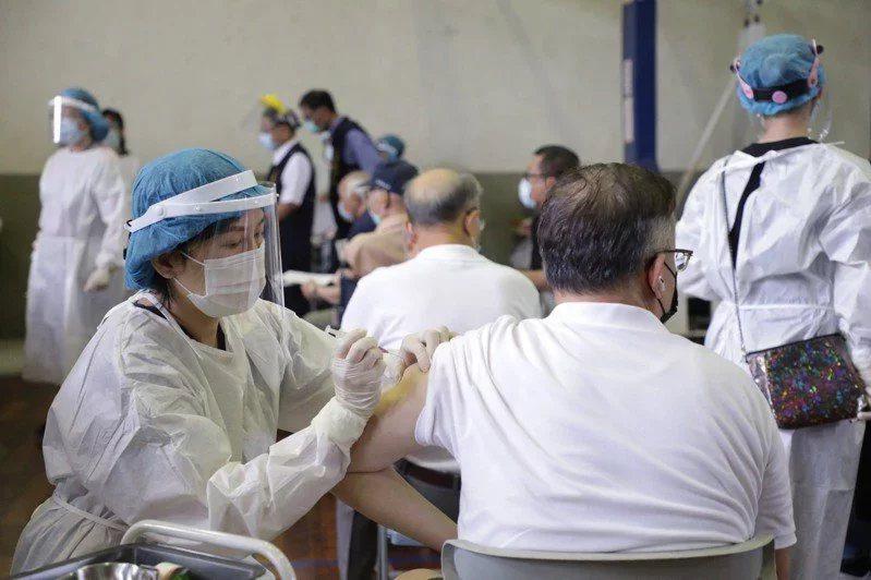 全台已於6月15日開打日本捐台124萬劑AZ疫苗,然3天來已有13起長者接種AZ...