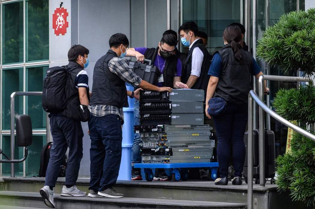 警員並搜查多部記者電腦,扣留了44部電腦主機以及硬碟等資料。 圖/法新社