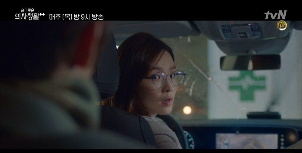 剛換新車還摸不清新車功能的頌和,倒車還是習以為常的往後看。 圖/截自Naver ...