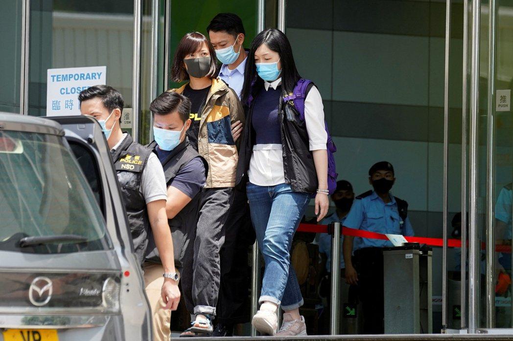 《蘋果日報》的五名管理層也被逮捕,包括壹傳媒集團行政總裁張劍虹、營運總裁周達權、...