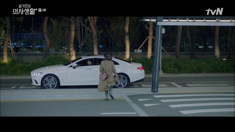 《機智醫生生活》第一季的翊晙坐駕是Mercedes-Benz CLS。 圖/截自...