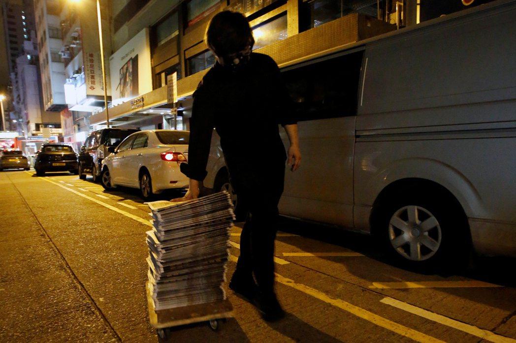 有些市民在得知首批報紙已經出爐之後就趕到現場,有些甚至一口氣購買了幾十份報紙,以...