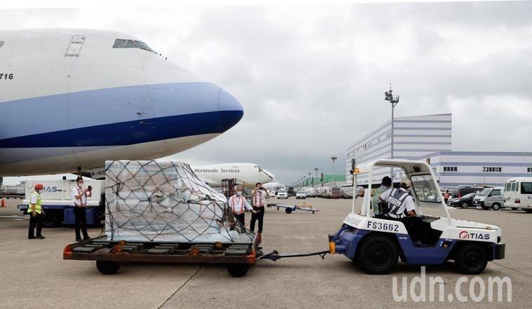 第2批莫德納(Moderna)疫苗約24萬劑今下午4時許運抵桃機。圖/本報系資料照片