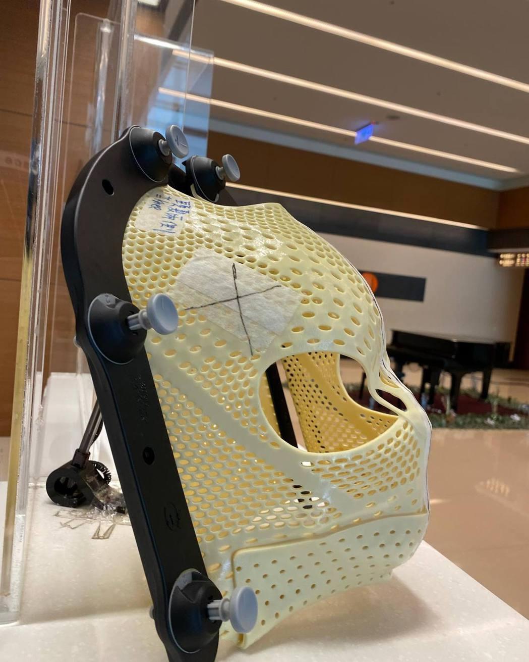 筱蕾治療時會使用到的面罩。圖/擷自臉書