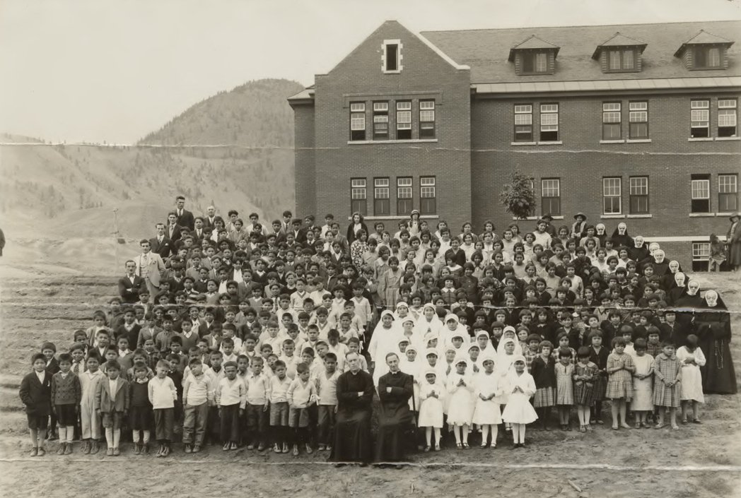 類似的「印地安寄宿學校」,在全加拿大還有很多。根據紀錄,約有15萬人曾就讀過這類...
