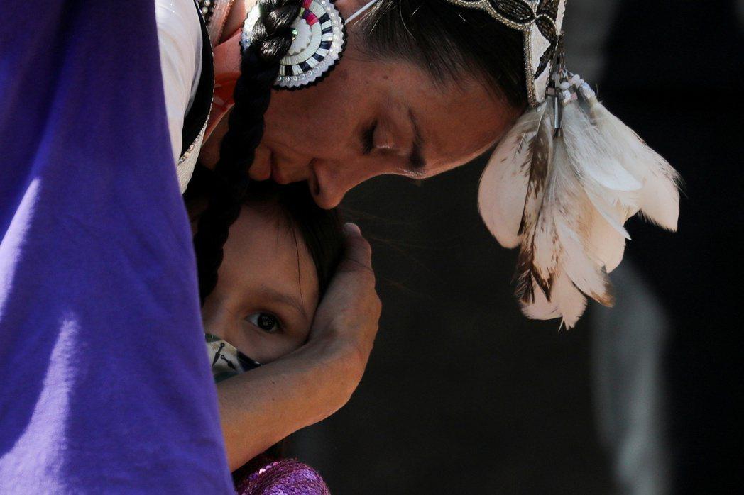 這些原住民兒童死亡的悲劇,是否只是系統中的一小塊缺失?對於倖存者而言,寄宿學校美...
