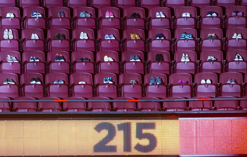 圖為6月6日加拿大的國家冰球聯盟競賽會場,215雙小孩鞋子被放置在座位區,以紀念...