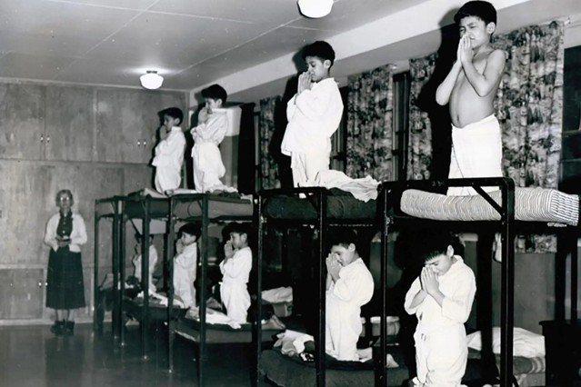 5月底加拿大卑詩省爆發一所廢棄的原住民寄宿學校「坎盧普斯印第安寄宿學校」地底下,...