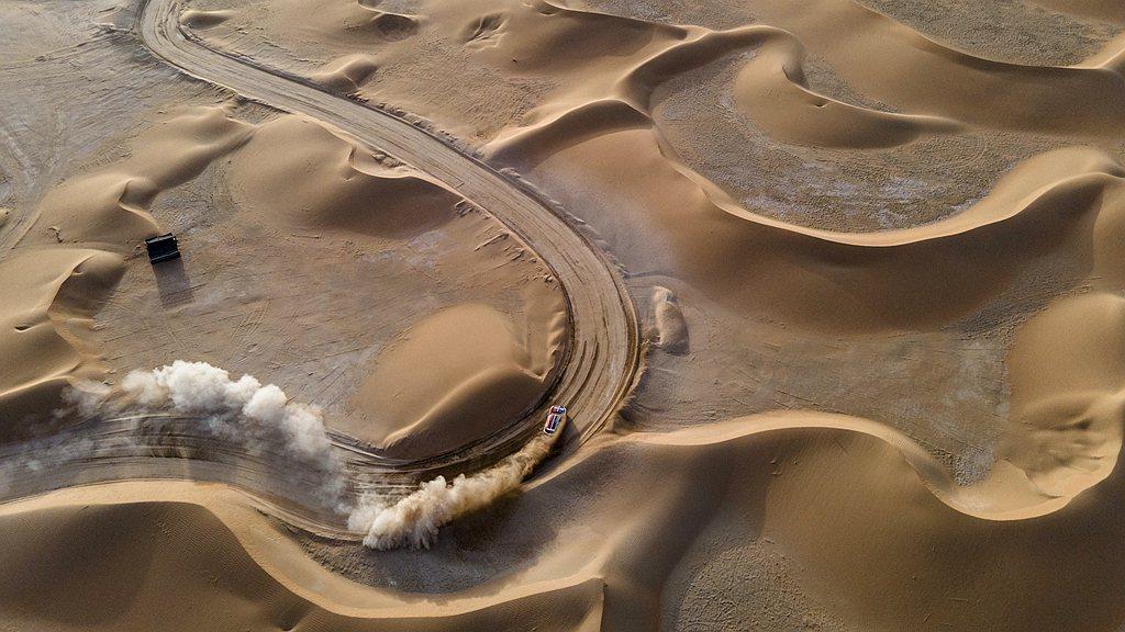 影片系列名為Drive2Extremes,攝於兩條一模一樣的賽道,地點分別在沙漠...