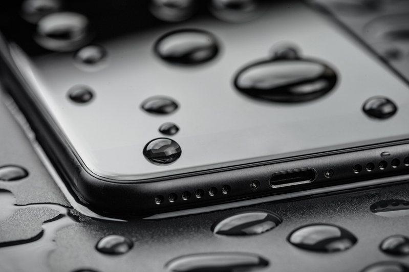 手機沾濕了別著急,用冷靜正確的方式處理,才不會讓情況惡化。圖片來源/ingimage