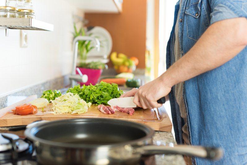 居家防疫期間,不少人選擇在家開伙,台電對此提供只用「1家電」就能快速完成2、3道菜的方式。 示意圖/ingimage