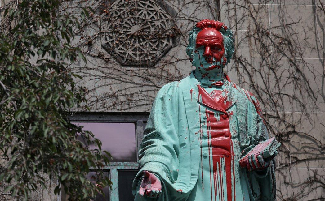 圖中被潑紅漆的雕像為艾格頓·瑞爾森(Egerton Ryerson),他是一位是...