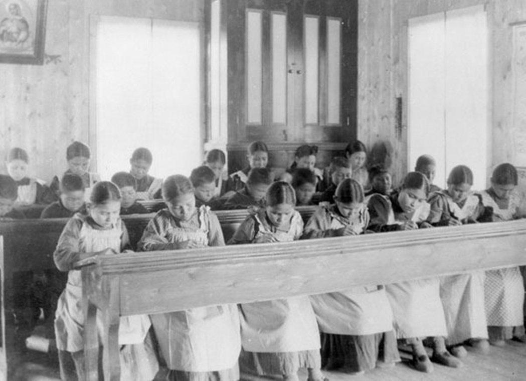 「一些倖存者談到寄宿學校的年輕女孩被同學、神父性侵所生的嬰兒、這些孩子並被故意殺...