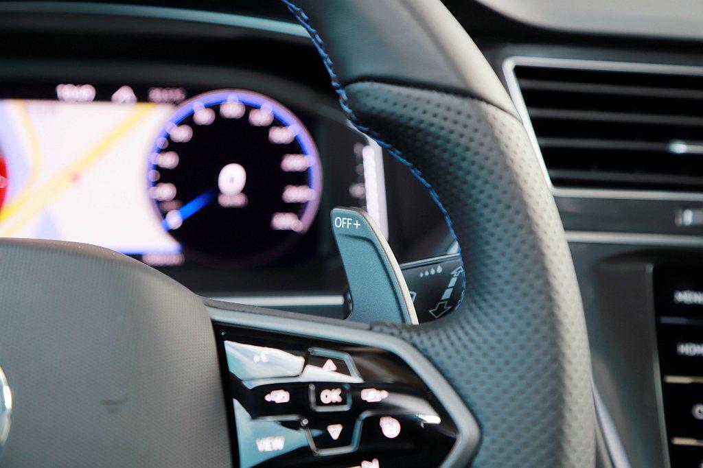 若想要自主控制引擎轉速,福斯Tiguan R也能透過M模式搭配換檔撥片來執行。不...