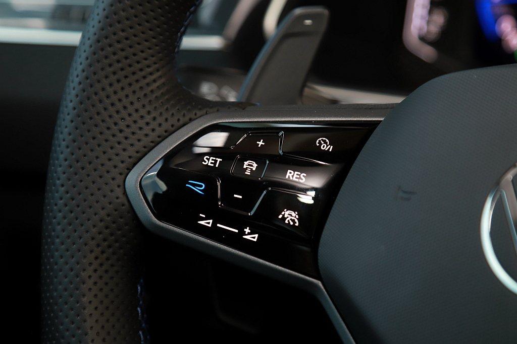 這款運動化多功能方向盤,於福斯Tiguan R上還有專屬的R模式快捷切換鍵。 記...