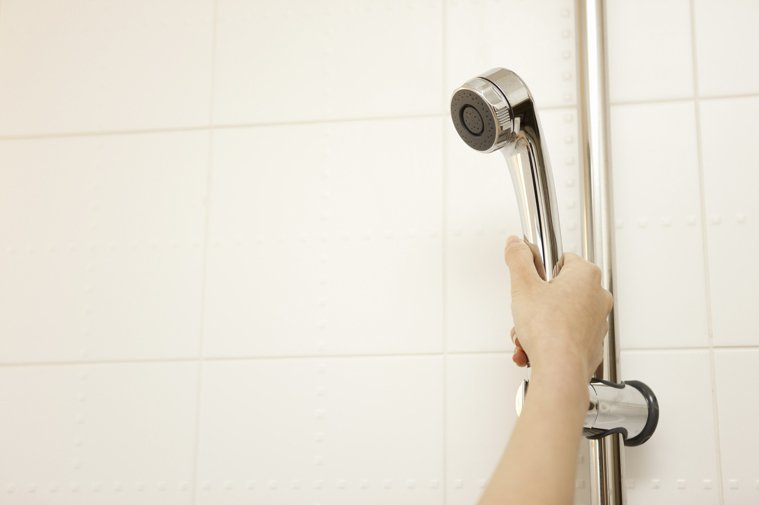 有網友好奇詢問「清理浴室地板髮絲」的方法,引發討論。 示意圖/ingimage
