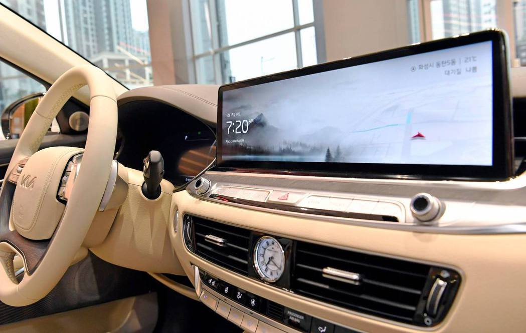 小改款Kia K9換上全新14.5吋中控觸控式螢幕。 摘自Kia