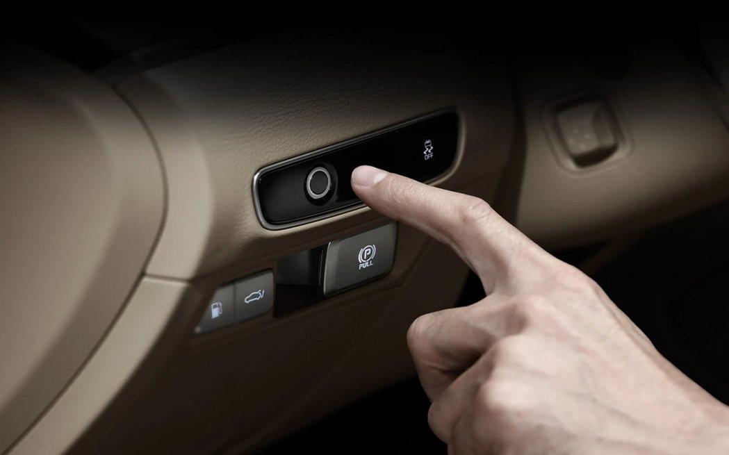 小改款Kia K9導入指紋辨識功能,成為Kia第一款擁有指紋功能的新車。 摘自K...
