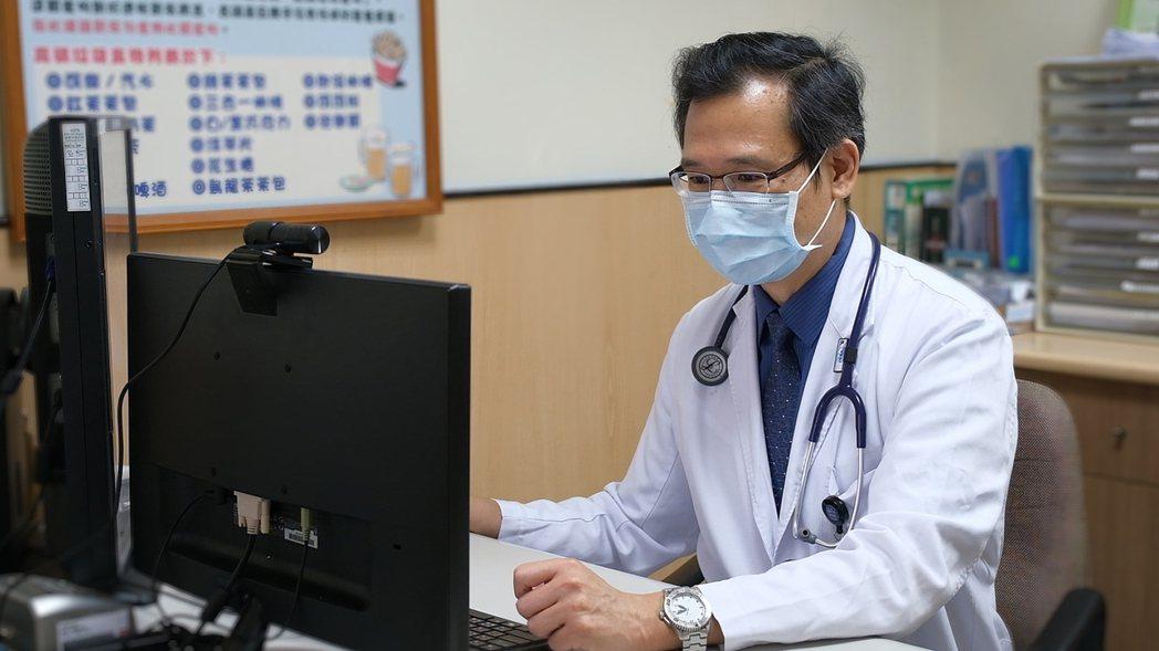 光田綜合醫院腎臟內科主任王家良表示,透過遠距視訊可監測腹膜透析腎友居家洗腎情況。...