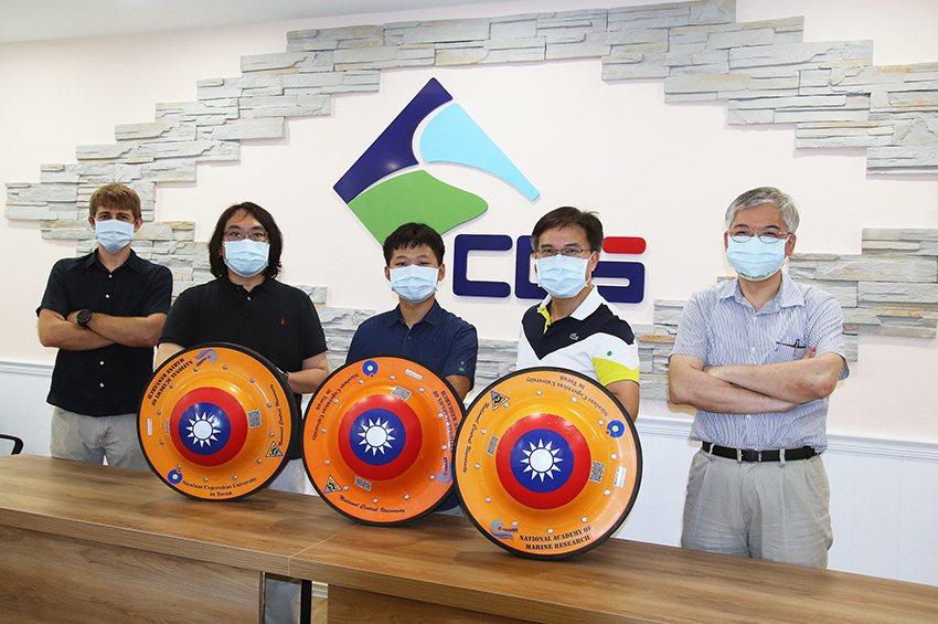 由中央大學水文與海洋科學研究所自主研發的微型「海洋浮球」將前進北極,展開台灣前所...