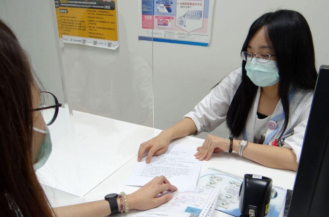 藥劑部小組長李美娟於藥物諮詢室衛教病人藥物相關注意事項。 奇美醫學中心/提供。