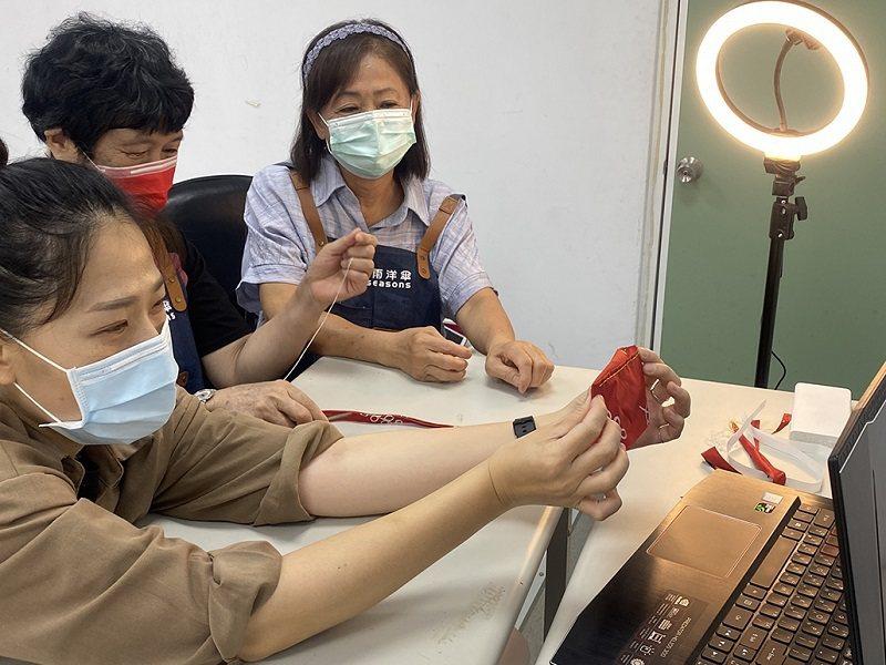 富雨洋傘公司擔任樂齡課程業師線上教學利用舊傘布重製實用杯袋。 嶺東科大/提供