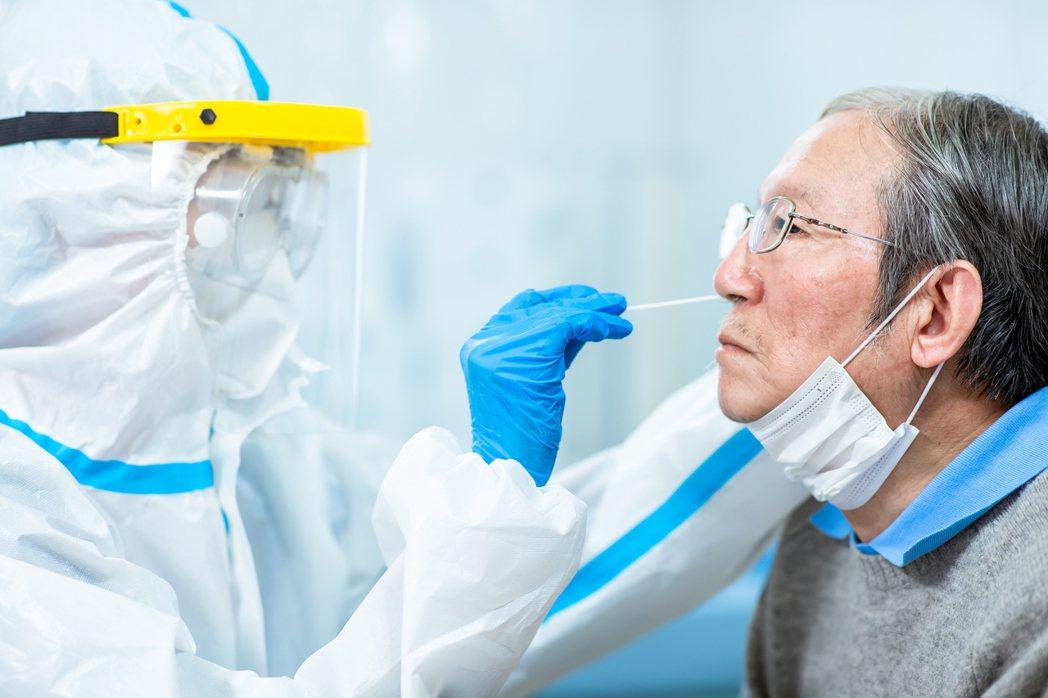 企業確診連環爆,國內已有多家企業啟動快篩保障員工健康。 領醫公司/提供