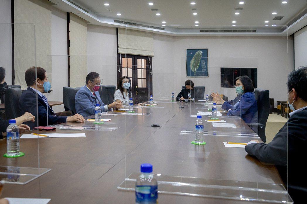 蔡總統(右二)下午會見台積電董事長劉德音(左一)、鴻海集團創辦人郭台銘(左二)。...