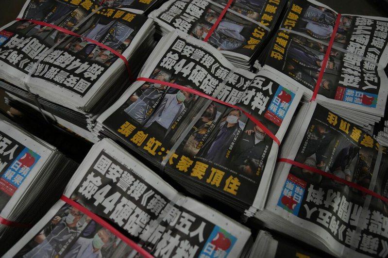 香港蘋果日報5名高層被警方依國安法拘捕,張劍虹在報上呼籲「大家要頂住」。 圖╱美聯社