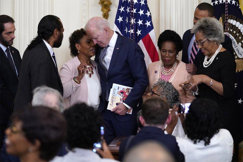 美國總統拜登於6月17日在華盛頓白宮東廳簽署《六月全國獨立日法案》後與加利福尼亞州眾議員芭芭拉李交談。美聯社