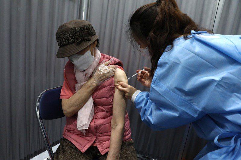 受到疫苗供貨延遲影響,韓國7月起將首次進行不同廠牌第2劑2019冠狀病毒疾病(COVID-19)疫苗混合施打,預估將有76萬首劑接種AZ疫苗者,第2劑改為接種輝瑞疫苗。圖/歐新社資料照