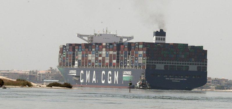 長榮海運巨型貨櫃輪長賜輪3月在埃及蘇伊士運河擱淺將近一週波及全球航運,儘管已移離河道,但由於與埃及當局的賠償金談不攏,長賜輪、船員和貨物至今仍卡在埃及。 圖/歐新社資料照
