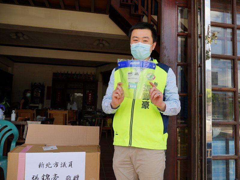 新北市議員張錦豪提供一千六百份的防護面罩,放在服務處提供民眾免費索取。 圖/紅樹林有線電視提供