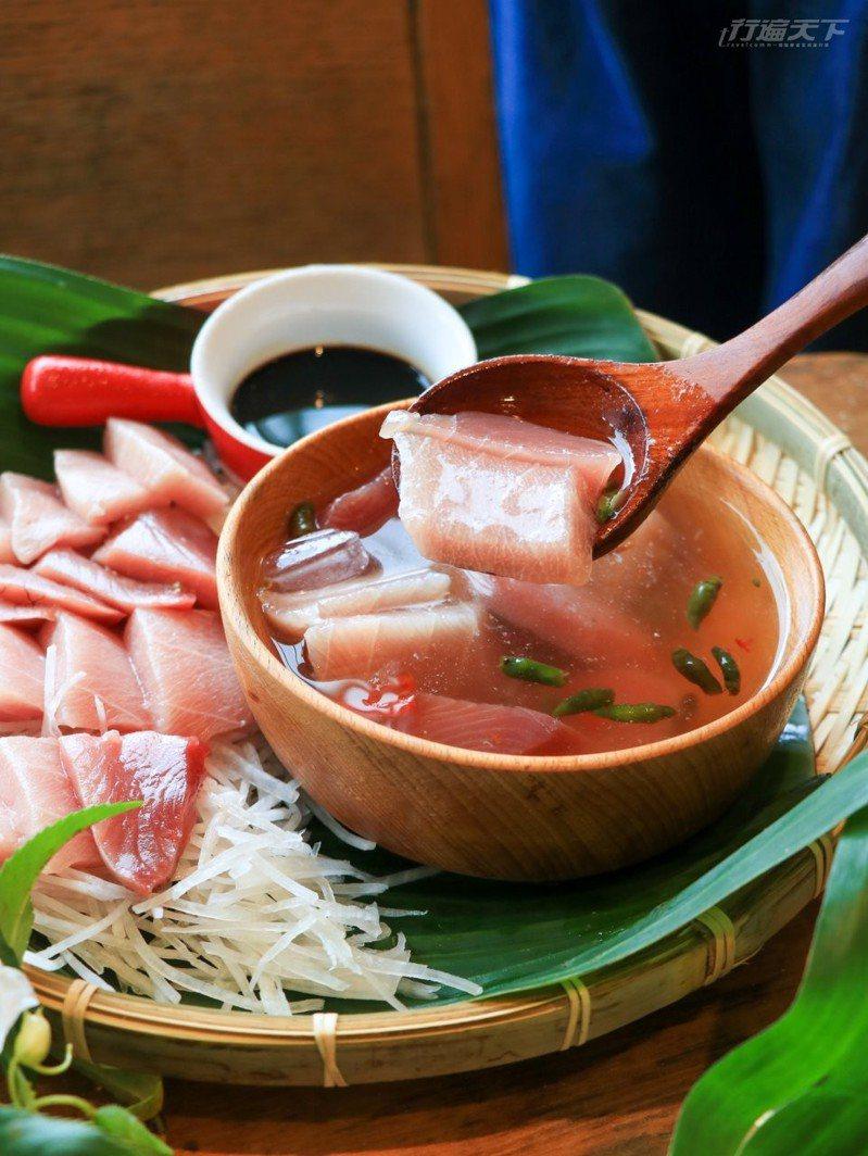 阿美族料理生魚片的方式是浸泡在辣椒及鹽裡,不沾芥末直接吃,口感特別滑嫩。