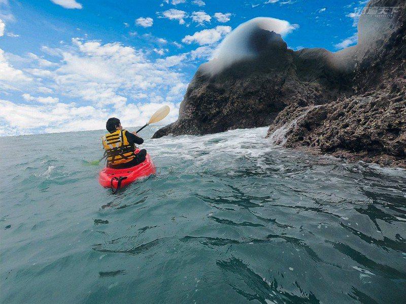 混水摸魚划獨木舟,遊客可先在天然港灣內熟悉操槳,再出港。