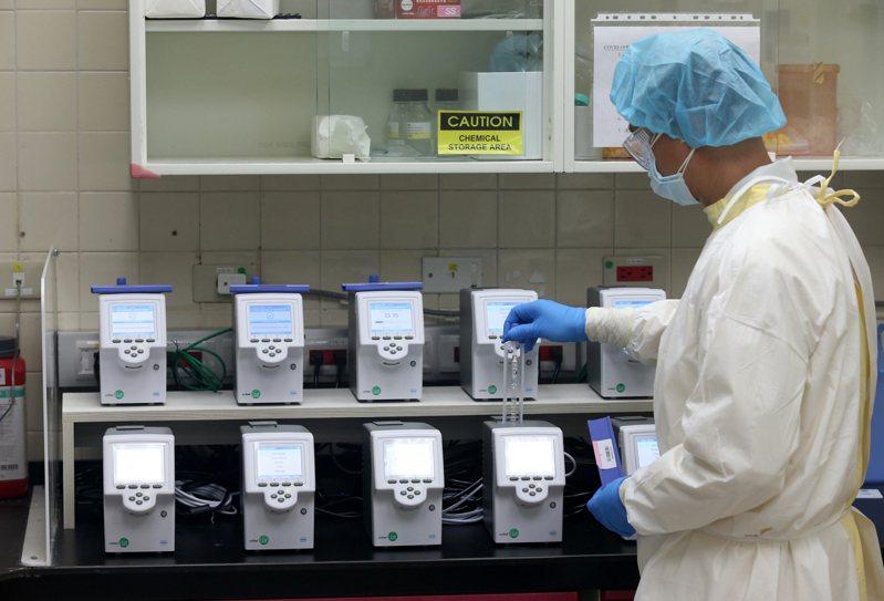 台北榮總病理檢驗部利用POCT LiatPCR,每廿分鐘完成一份報告,一次可檢驗五支檢體,十台在一小時內可檢驗一百五十個檢體。記者邱德祥/攝影