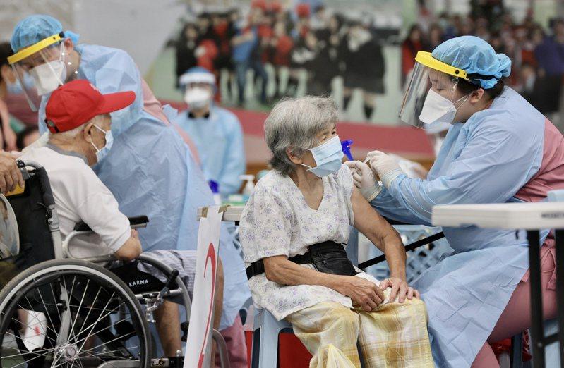 長者近期已開始施打疫苗,但台灣疫苗仍不足,政府寄望國產疫苗七月能即刻救援。記者許正宏/攝影
