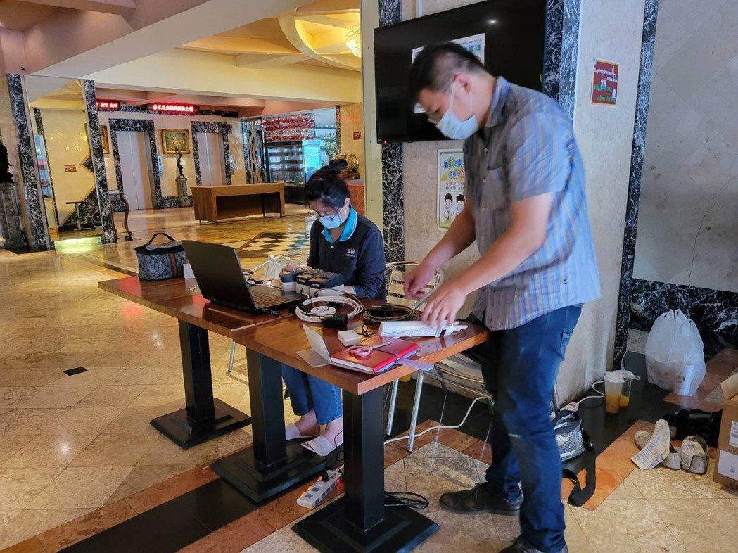 為迎接日月光員工入住,高雄漢王飯店忙著做各項準備,日月光也派人到飯店設立進出刷卡...