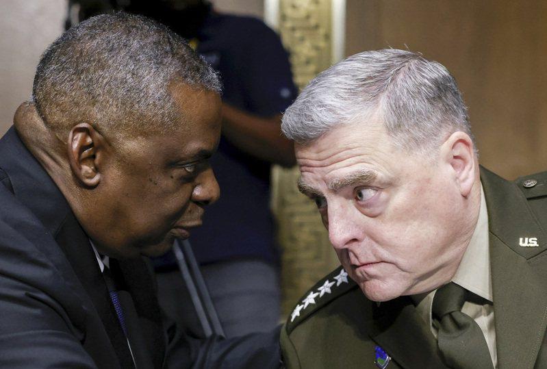 美國參謀長聯席會議主席麥利(右)與國防部長奧斯汀,17日出席參議院撥款委員會聽證。  美聯社