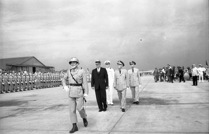 1960年6月18日,美國總統艾森豪在朝野空前熱烈的歡迎之下蒞臨台北,作為時24小時的友好訪間。蔣中正總統率中央首長在松山機場歡迎。圖/聯合報系資料照片